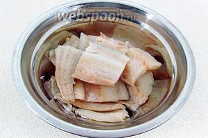 Рыбу выпотрошить, промыть, обсушить, аккуратно срезать филе, тщательно удалить косточки и нарезать её кусочками шириной 5 см.