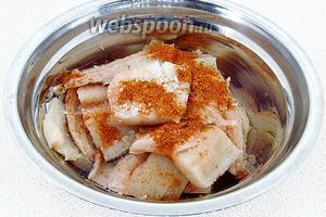 Кусочки филе выложить в миску, посыпать приправой и солью.