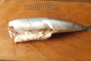 Чистим и моем рыбу. Вес указан на 3 рыбы — тушки без головы. В среднем 3 рыбы неочищенные около 1 кг.
