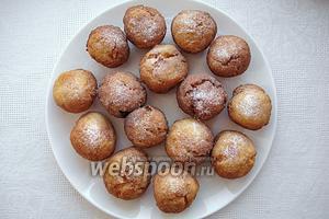 Готовый десерт посыпаем сахарной пудрой. Подаём в горячем или тёплом виде. Приятного аппетита!