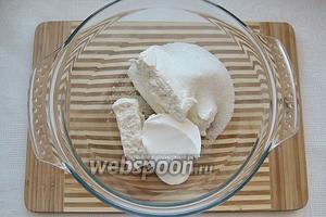 Первым делом отправляем в глубокую миску творог, сметану, сахар и соль.
