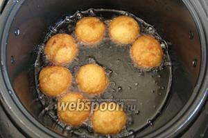 Обжаривать пончики нужно до золотистого цвета. Совет: во время обжаривания старайтесь переворачивать пончики, чтобы они прожарились равномернее.