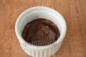 Пока корж остывает займёмся кремом. В отдельной миске необходимо растопить шоколад.