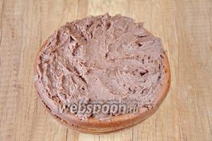 На следующий день (или сразу), смазываем верхний корж торта кремом. Боковые стороны торта можно не смазывать, они получатся довольно таки нежными, если тортик стоял в холодильнике ночь.