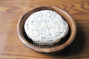 После, достать готовый сыр из марли. Домашний сыр с укропом готов. Нежный, полезный и очень вкусный. Из указанных ингредиентов получается 280-300 грамм сыра.