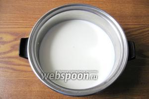 Молоко налить в кастрюлю и поставить на плиту. Довести до кипения.