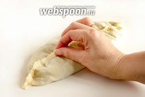 Защипывать лепёшку нужно начинать с 1 края, слегка прижимая и присборивая тесто, как ткань. Обязательно приплющивать начинку ладошкой и выгонять воздух изнутри, по мере защипывания. Получится такой шовчик посредине.