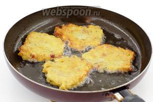 Разогрейте масло в сковороде. Выложите ложкой небольшие порции теста. Обжарьте на умеренном огне, с 2 сторон, до румяной корочки.