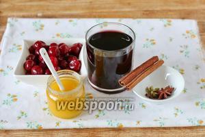 Для глинтвейна с вишней понадобится красное полусухое вино, вишня свежая (свежемороженая), мёд по вкусу и набор пряностей для обычного глинтвейна: корица, гвоздика, бадьян, кардамон. Пряности можно подобрать по своему вкусу.