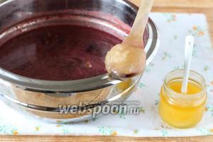 Осталось подсластить глинтвейн по вкусу мёдом или обычным сахаром.