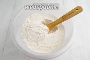 Муку просеять, добавить разрыхлитель, соду, сахар, соль, ванилин. Перемешать.