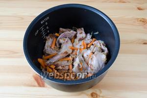 Когда мясо подрумянится, добавляем морковь и обжариваем её минут 5.