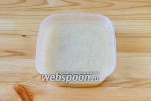 Пока мясо с овощами тушится, подготавливаем рис. Для этого его промываем раз 5 водой комнатной температуры.