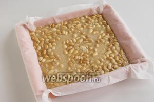 Вылейте сладкую массу в форму поверх арахиса. Орехи поднимутся на верх. Поставьте щербет в холодное место до полного затвердения.