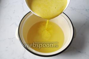 В отвар жмыха вылить 1/2 часть выжатого апельсинового сока.