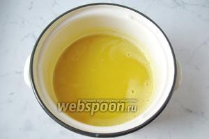 Отвар жмыха с апельсиновым соком и сахаром довести почти до кипения и влить сок с крахмалом. Перемешать до загустения киселя 2-3 минуты и выключить.