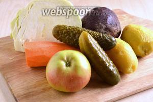 Для приготовления салата нам понадобятся следующие ингредиенты: варёная свёкла, варёный картофель, свежая капуста, сырая морковь, яблоки и маринованные огурчики. Выбирайте капусту сочных салатных сортов: раннюю или пекинскую.