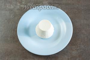 Перед подачей выкладываем на тарелку рикотту.