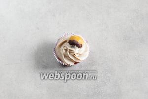 Поверх крема укладывается каштанчик в шоколаде.