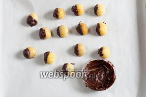 Макаем жёлтые каштаны в шоколад. Кстати, японцы иногда выполняют этот декор для монбланов по-другому: впереди жёлтый каштан, сзади пластинка шоколада. Но обмакивание каштанов в шоколад имитирует «шапочку», которую имеют лесные орехи, жёлуди и плоды каштанов.