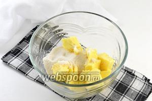 Взбить масло комнатной температуры с сахарной пудрой (пудру добавлять постепенно).