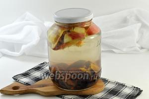Выложить фрукты в банку и залить крутым кипятком. Накрыть банку крышкой и оставить на 15 минут.