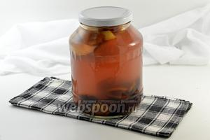 Слить из банки воду. Добавить сахар и прокипятить 3 минуты. Залить фрукты сиропом и сразу же закатать. Укутать и оставить до полного остывания. Отправить в прохладное место на хранение.