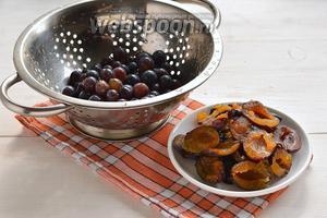 Виноград и сливы промыть. Ягоды винограда оборвать, у слив удалить косточки и разрезать пополам.