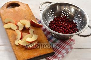 Боярышник перебрать и промыть. Яблоки помыть, удалить семенную камеру и нарезать нетолстыми дольками.