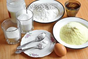 Для приготовления пирога из кукурузной муки нам потребуется сахар, мука, кефир, соль, порошок для выпечки, кукурузная мука, яйцо, манная крупа и подсолнечное масло.