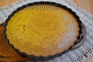 Отправьте в духовку выпекать около 25 минут. Готовый пирог выньте из духовки и остудите в форме.