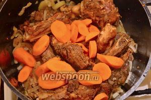 Киньте морковку, жарьте около 1 минуты, помешивая.