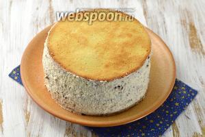 Сложить коржи, формируя торт. Смазать бока торта кремом.