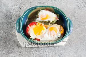 В каждый перец выливаем по 1 сырому яйцу и ставим их в микроволновку на 5-6 минут, на максимальную мощность. Следует иметь в виду, что время приготовления продуктов в микроволновке может отличаться, в зависимости от их количества и свойств посуды.