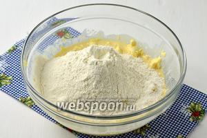 Вмешать просеянную муку. Сначала вмешайте 4 стакана муки, а остальную вмешивайте постепенно. Тесто должно получиться мягким. Не вымешивайте долго тесто, на вымешивания теста должно уйти около 3 минут.