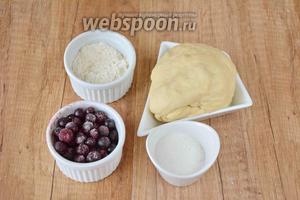 Для приготовления необходимо тесто для вареников, смородина, сахар, мука.