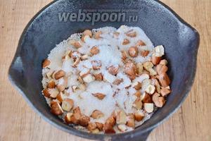 Фундук очистить, на сковороду выложить орехи и засыпать их сахаром.