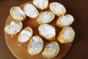 Нарезаем хлеб и кладём по 1-1,5 ч. л. соуса на кусочек багета.