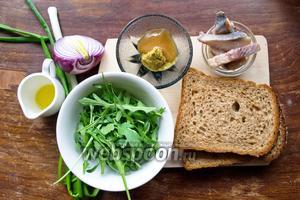 Ингредиенты: сельдь слабой соли, хлеб ржаной, руккола, мёд, горчица, оливковое масло, красный лук, зелёный лук.