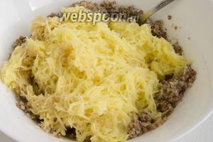 500 г картофеля очистите, натрите на мелкой тёрке, добавьте к гречке.