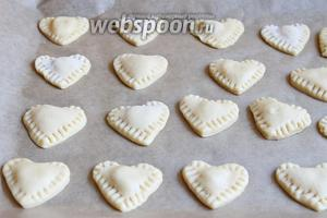 Итак, кладём на лист сердечки и ставим в разогретую духовку (180°С) на 10 минут.