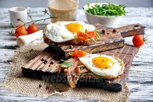 Сэндвич с беконом и яичницей