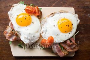 На рукколу выложить бекон, сверху положить яичницу, украсить 2 помидорками черри! Приятного аппетита!
