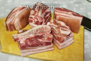 Мясо промыть, осушить и нарезать кусочками по 10 см.