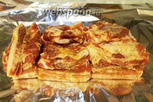 Выложить мясо на фольгу.