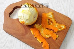Снимаем с апельсинов цедру, как можно тоньше.