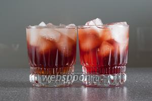 Наливаем сиропы: карамельный слева, гренадин справа. Они соскальзывают на дно, поэтому у 2 стаканов придонный слой разного цвета.