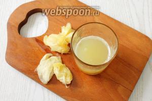 С лимонов выжимаем сок, получаем 100 мл сока. Сок процеживаем.
