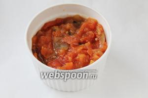 Добавляем томатный соус.
