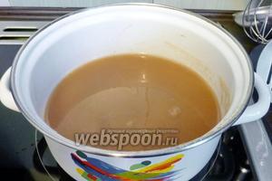 Сок закипел, вытащим палочку корицы и, всё время помешивая кипящий сок, вольём тонкой струйкой сок с крахмалом. Размешивайте интенсивнее, иначе крахмал может завариться комками.